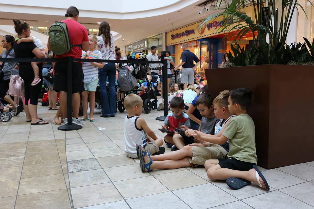 """Grupos de niños se sentaron y jugaron mientras esperaban en la cola durante la promoción """"Pague su edad"""" de Build-A-Bear en el Galleria Mall en Henderson el 12 de julio de 2018. (Janna Karel Las ..."""