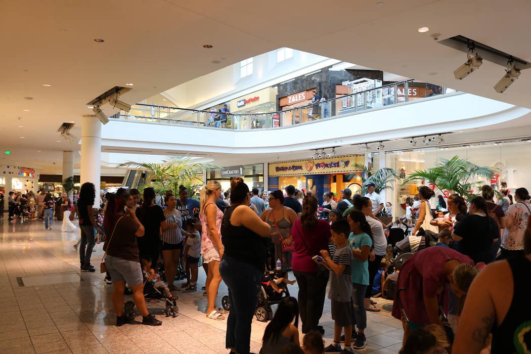 """Las estimaciones de más de mil personas se alinearon para la promoción """"Pague su edad"""" de Build-A-Bear en Galleria Mall en Henderson el 12 de julio de 2018. (Janna Karel Las Vegas Review-Journal)"""