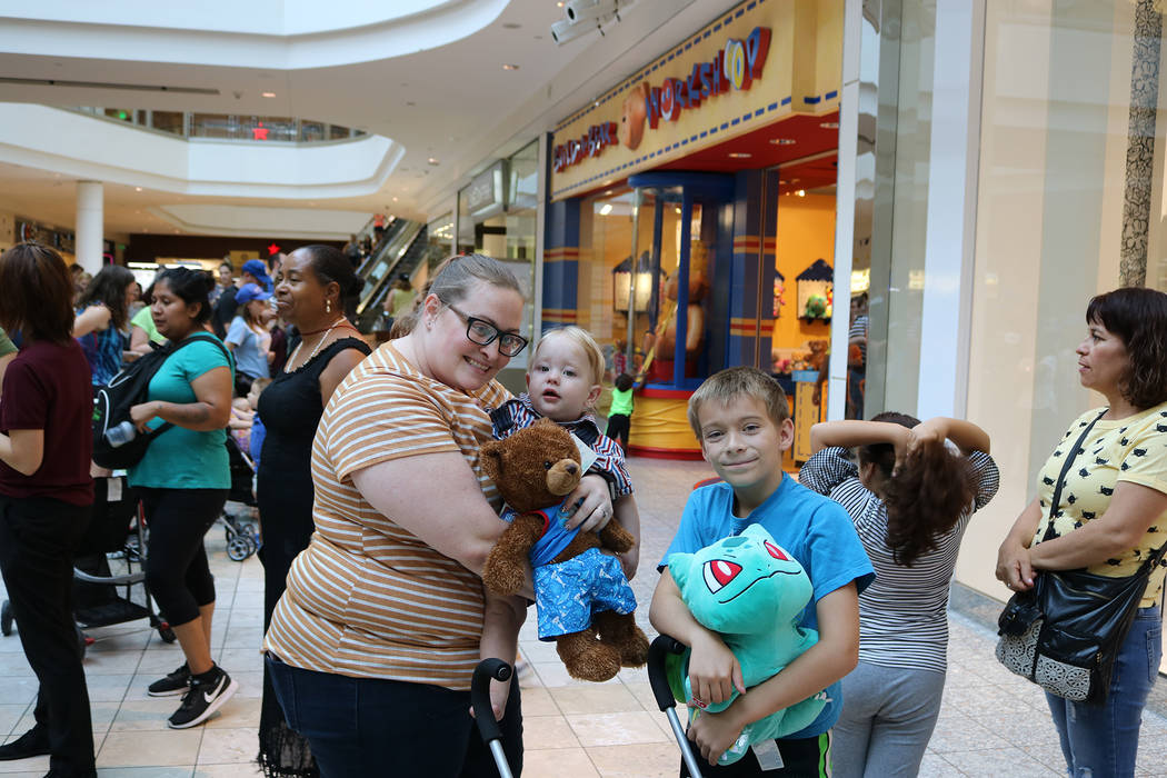 """Jessica, Blake (1 año) y Skylar (9 años) hicieron cola durante cuatro horas antes de ingresar a la tienda Build-A-Bear durante la promoción """"Paga tu edad"""" de Build-A-Bear en Galleria Mall en He ..."""