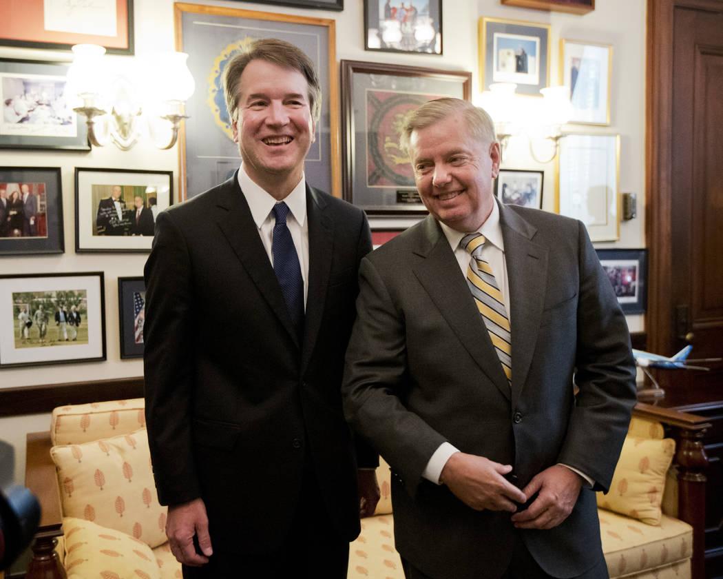 El candidato a la Corte Suprema, Brett Kavanaugh, a la izquierda, se encuentra con el Senador Lindsey Graham, republicano por Carolina del Sur. antes del comienzo de su reunión en el Capitolio en ...