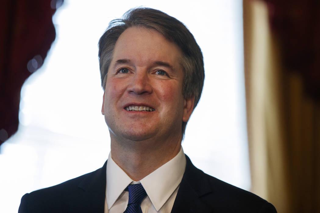 El candidato a la presidencia de la Corte Suprema, Brett Kavanaugh, sonríe durante una reunión con el senador Orrin Hatch, republicano por Utah, en Capitol Hill, el miércoles 11 de julio de 201 ...