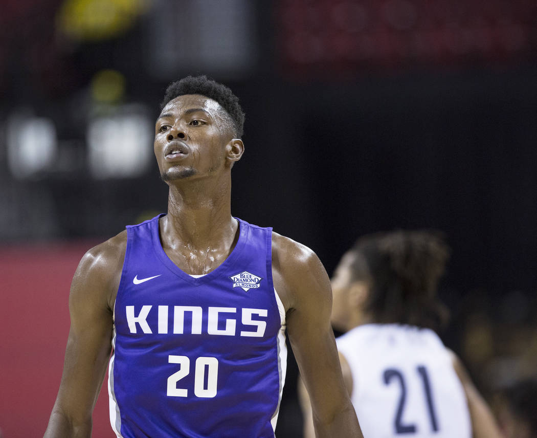 El alero de los Kings, Harry Giles (20), camina por la pista durante el primer cuarto del juego de la Liga de Verano de la NBA de Sacramento contra los Memphis Grizzlies el martes 10 de julio de 2 ...