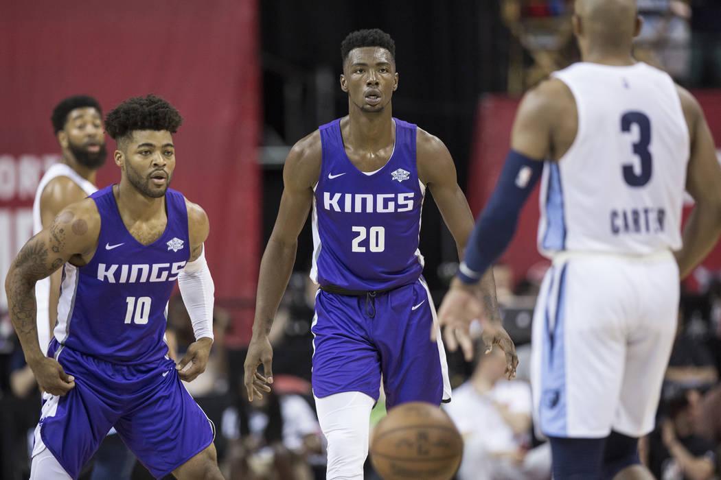 El alero de Sacramento Kings, Harry Giles (20) y el guardia Frank Mason III (10), defienden al guardia de los Memphis Grizzlies, Jevon Carter (3) en el primer cuarto durante la NBA Summer League e ...
