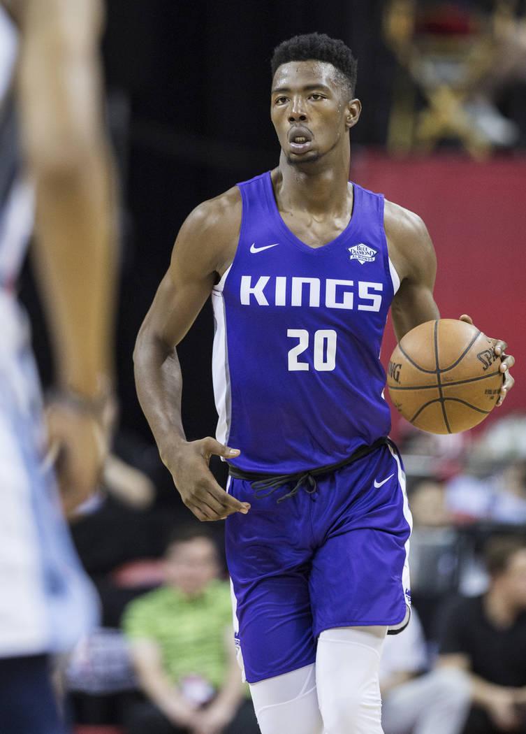 El alero de los Kings, Harry Giles (20), empuja la pelota hacia la cancha durante el primer cuarto del juego de la NBA Summer League de Sacramento contra los Memphis Grizzlies el martes 10 de juli ...