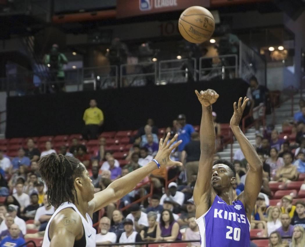 El alero de los Sacramento Kings, Harry Giles (20), lanza un tiro de esquina sobre un defensor de los Memphis Grizzlies, en el segundo cuarto durante la Liga de verano de la NBA el martes 10 de ju ...