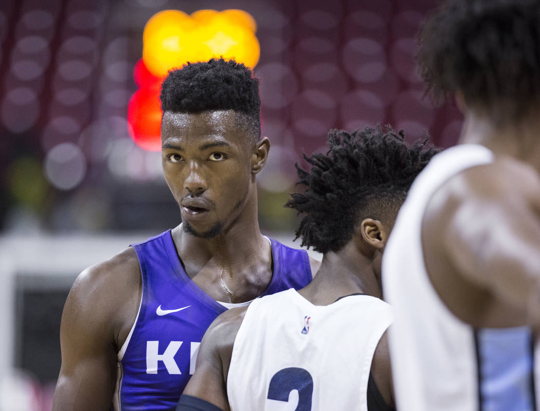 El alero de los Sacramento Kings, Harry Giles (20), defiende al guardia de los Memphis Grizzlies, Kobi Simmons (2) en el segundo trimestre durante la Liga de verano de la NBA el martes 10 de julio ...