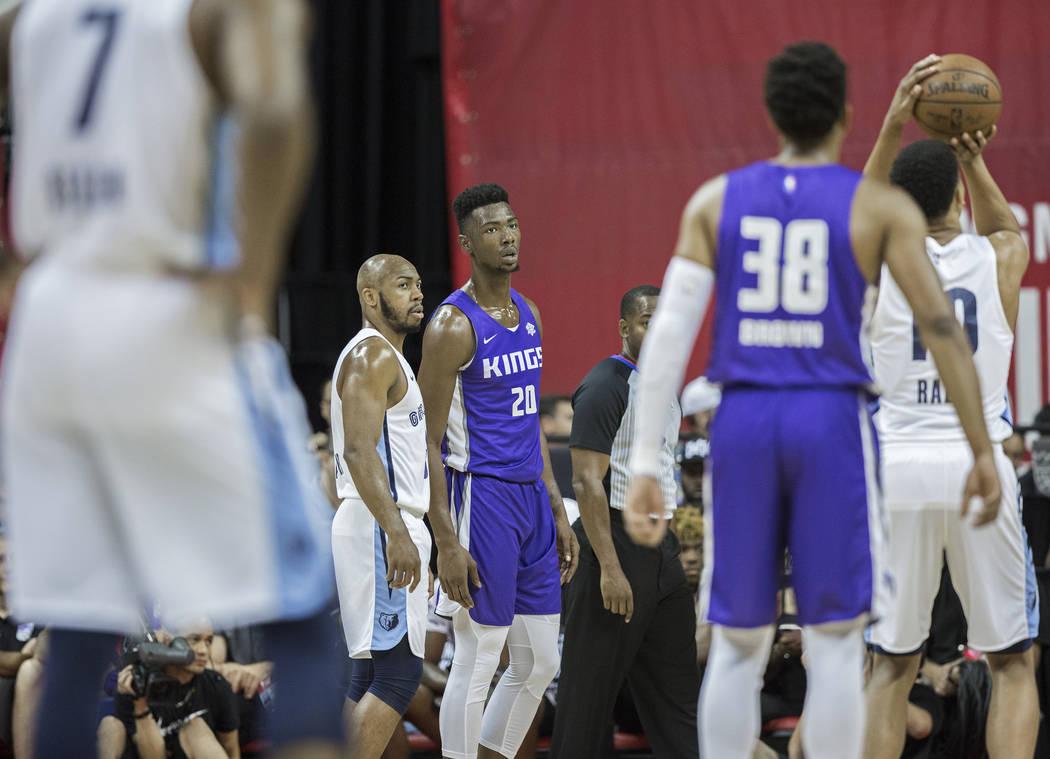 El alero de los Sacramento Kings, Harry Giles (20) mira como el alero de Memphis Grizzlies, Ivan Rabb (10) lanza un tiro libre en el primer cuarto durante la Liga de verano de la NBA el martes 10 ...