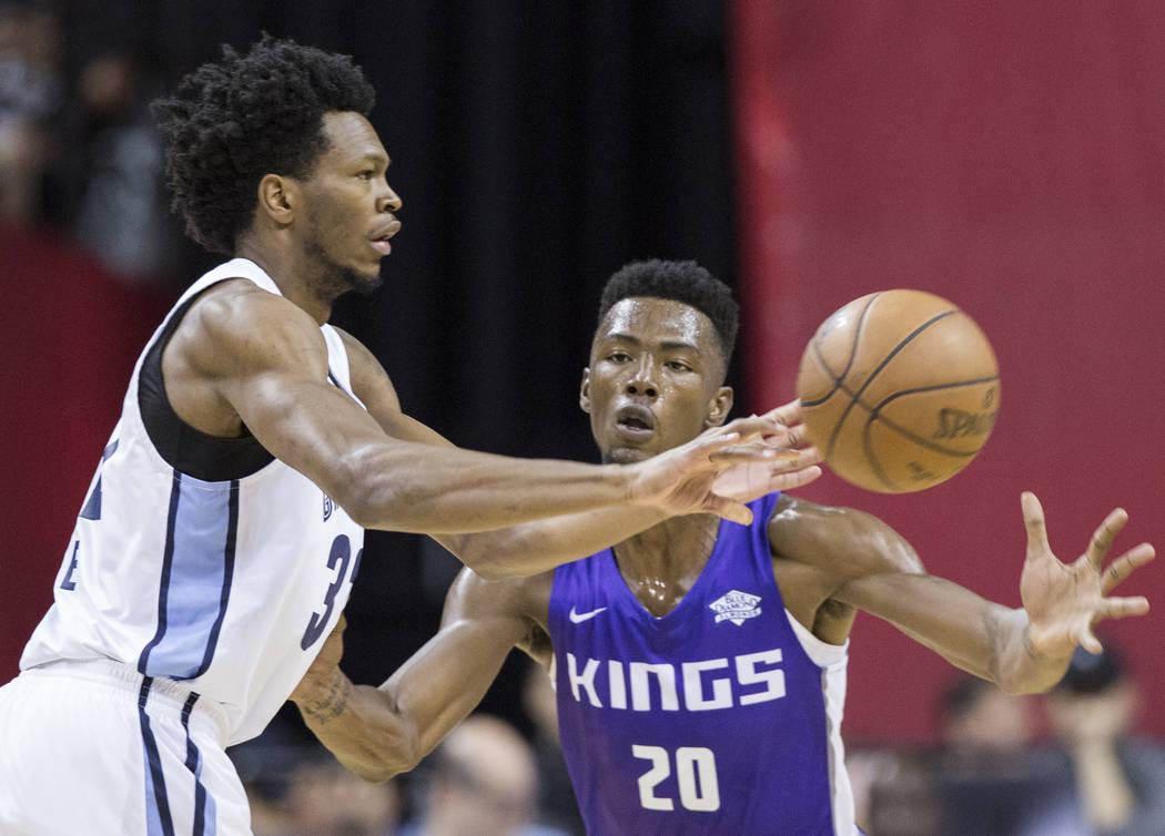 El alero de Sacramento Kings, Harry Giles (20) defiende al alero de los Memphis Grizzlies, William Lee (32) en el primer cuarto durante la Liga de verano de la NBA el martes 10 de julio de 2018 en ...