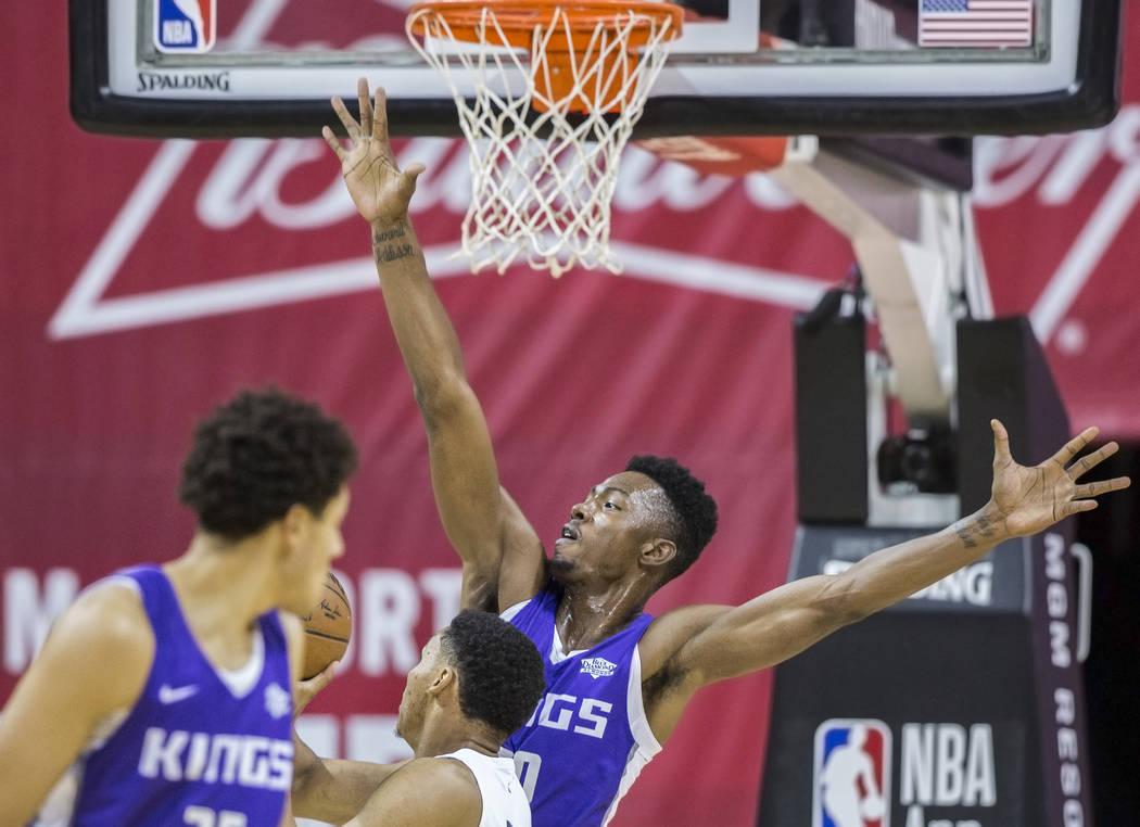El alero de Sacramento Kings, Harry Giles (20), intenta bloquear el tiro del guardia de los Memphis Grizzlies, Jevon Carter (3) en el segundo cuarto durante la Liga de verano de la NBA el martes 1 ...