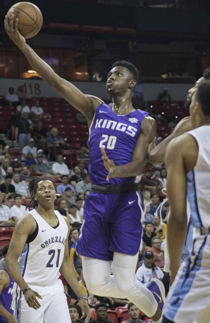 El alero de los Sacramento Kings, Harry Giles (20), derriba a los defensores de los Grizzlies en el primer cuarto durante la NBA Summer League el martes 10 de julio de 2018 en el Thomas & Mack Cen ...
