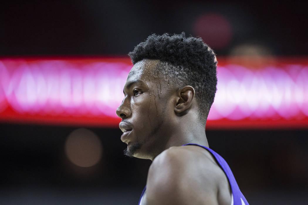 El alero de los Kings, Harry Giles (20), camina por la pista durante el segundo cuarto del juego de la Liga de Verano NBA de Sacramento contra los Memphis Grizzlies el martes 10 de julio de 2018 e ...