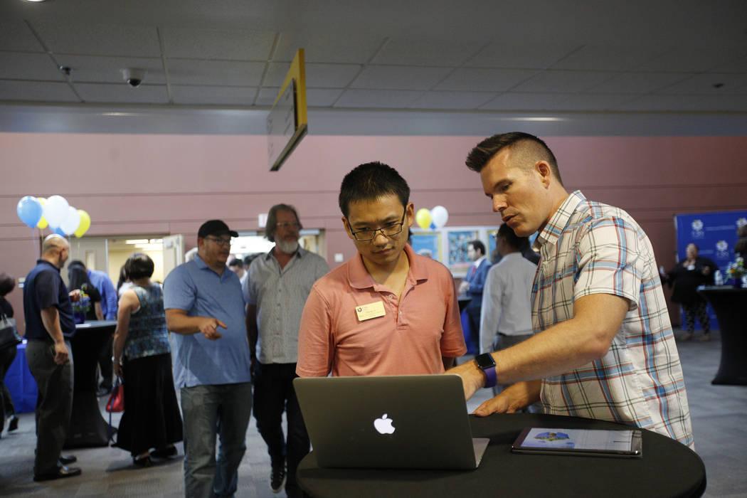 Un representante de Apple le habla a Qiang Li sobre las aplicaciones Swift de Apple que ofrecen maneras de aprender códigos a través de juegos en el College of Southern Nevada en Las Vegas, el j ...