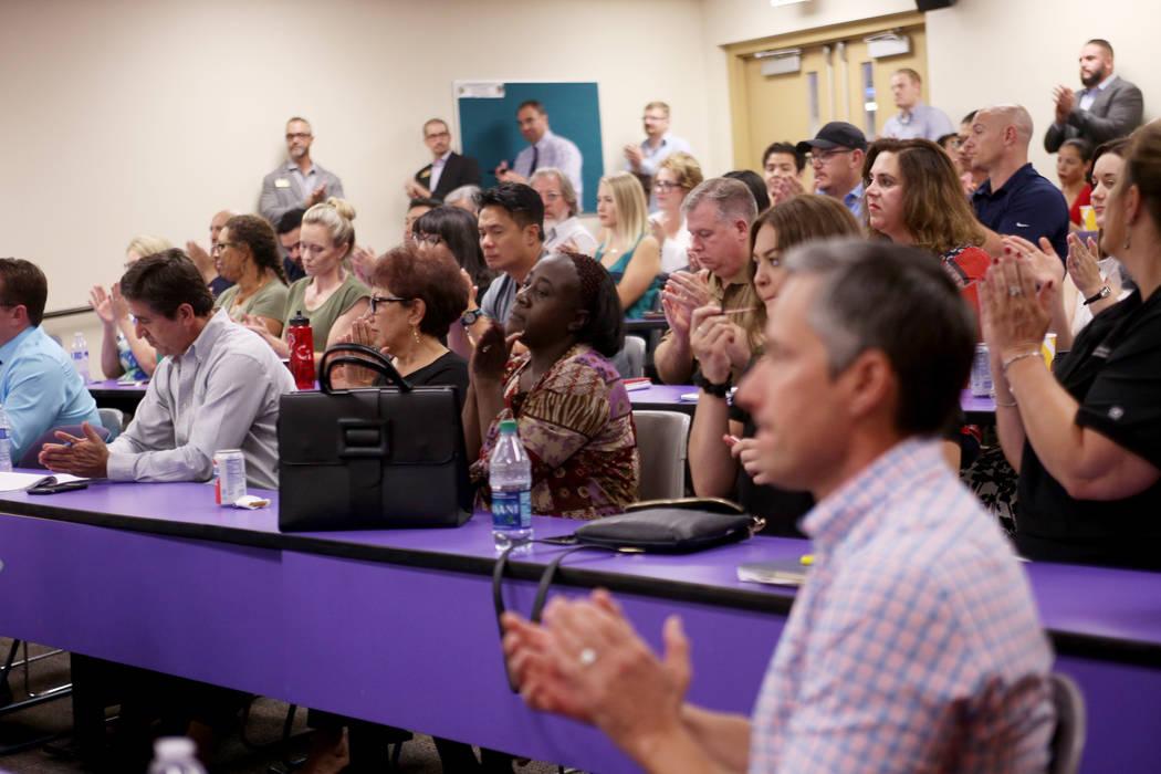 La multitud aplaude después de ver un video sobre Swift, un lenguaje de programación de Apple utilizado para la codificación, en el College of Southern Nevada en Las Vegas, el jueves 12 de juli ...