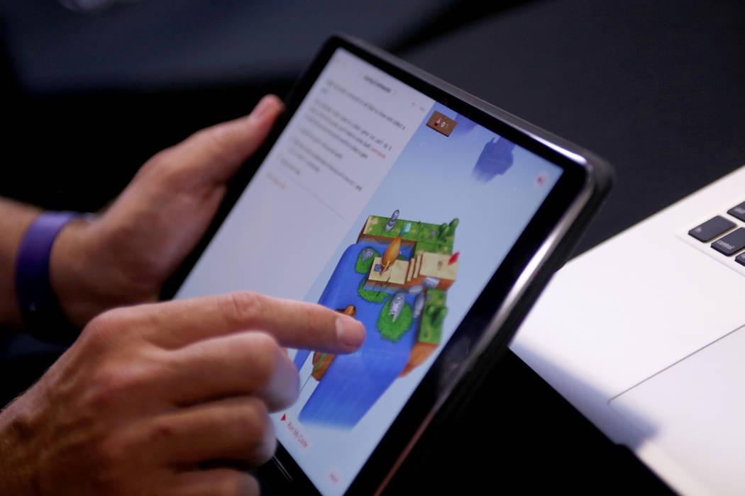 Un representante de Apple juega con una aplicación Swift que ofrece formas de aprender códigos a través de los juegos en el College of Southern Nevada en Las Vegas, el jueves 12 de julio de 201 ...