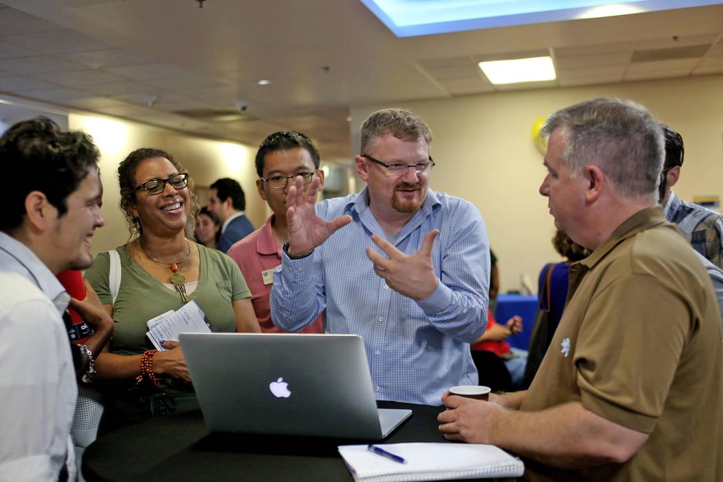 Joerg Radler, un ingeniero de Apple, habla sobre diferentes aplicaciones que pueden ayudar a los estudiantes a aprender a programar con Swift, el lenguaje de programación de Apple, en el College ...