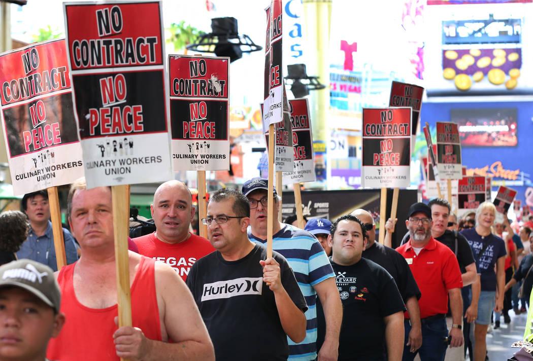 Manifestación de miembros de la Unión Culinaria frente al D Las Vegas en el centro el viernes 6 de julio de 2018. (Bizuayehu Tesfaye / Las Vegas Review-Journal) @bizutesfaye