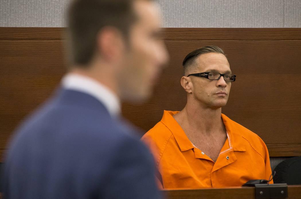 El recluso condenado a pena de muerte, Scott Dozier, compareció ante la jueza de distrito: Jennifer Togliatti durante una audiencia en el Centro de Justicia Regional el lunes 11 de septiembre de ...