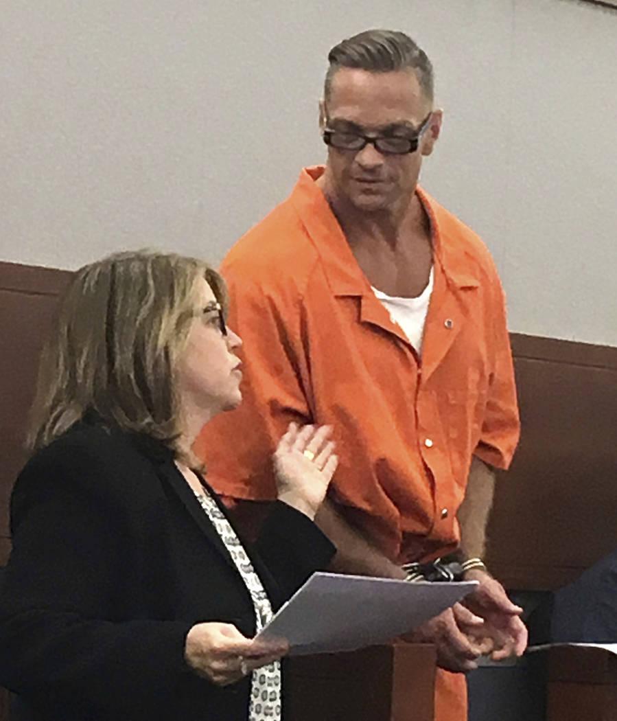 ARCHIVO - En esta foto de archivo del 17 de agosto de 2017, Scott Raymond Dozier, condenado a muerte en Nevada, confiere con Lori Teicher, una defensora pública federal involucrada en su caso, du ...