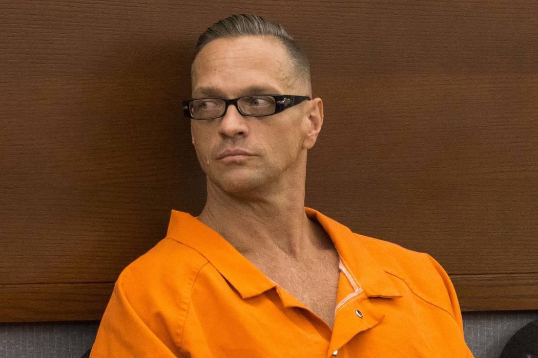 El recluso condenado a cadena perpetua, Scott Dozier, compareció ante la juez de distrito Jennifer Togliatti durante una audiencia sobre su ejecución en el Centro de Justicia Regional el 11 de s ...
