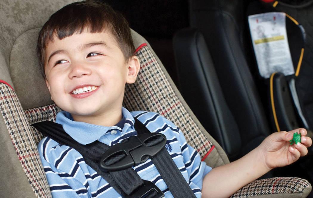 Si el niño pesa menos de 60 libras debe seguir utilizando el asiento infantil especial. Foto Cortesía.