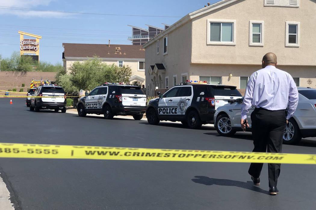 El teniente Ray Spencer llega a una escena donde dos niños pequeños encontraron a su madre muerta dentro de la casa de la familia en la cuadra 4600 de Dealers Choice Way el sábado 14 de julio d ...
