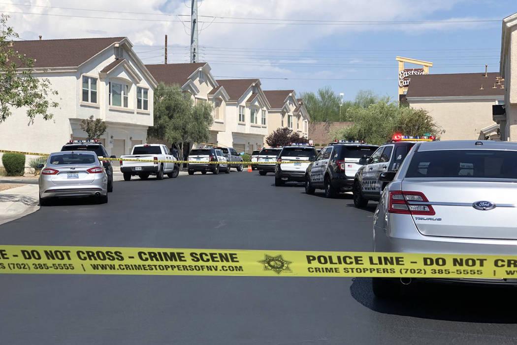 La policía de Las Vegas investiga la muerte de una mujer dentro de su casa en la cuadra 4600 de Dealers Choice Way el sábado 14 de julio de 2018 en Las Vegas. (Rio Lacanlale / Las Vegas Review-J ...