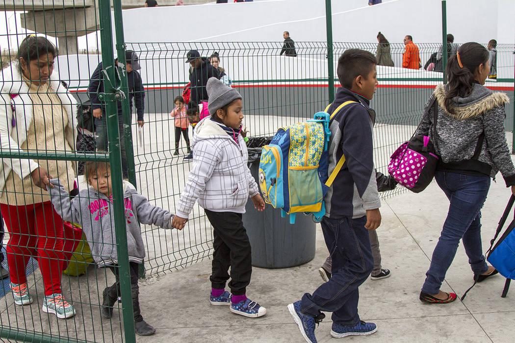Tijuana, 21 Jun 2018 (Notimex-Eduardo Jaramillo).- Familias de migrantes procedentes de Centroamérica y México cruzan la frontera hacía Estados Unidos para solicitar asilo humanitario por la si ...