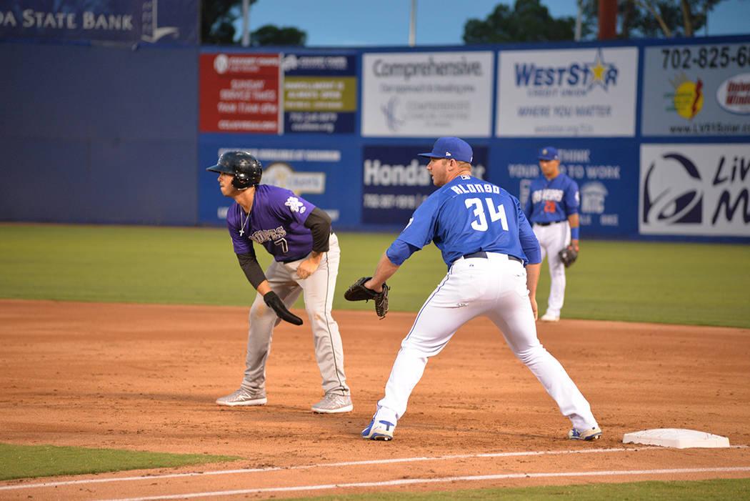 Peter Alonso (34) conectó un jonrón en la parte baja de la octava entrada, también es destacado en la primera base. El jueves 12 de julio en el Cashman Field. Foto Frank Alejandre / El Tiempo.