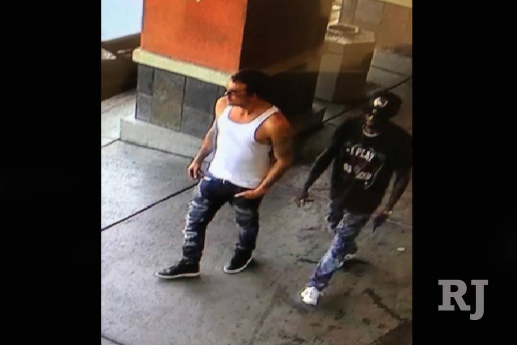La policía de Las Vegas está buscando a estos dos hombres sospechosos de un robo el domingo. (Departamento de Policía Metropolitana)