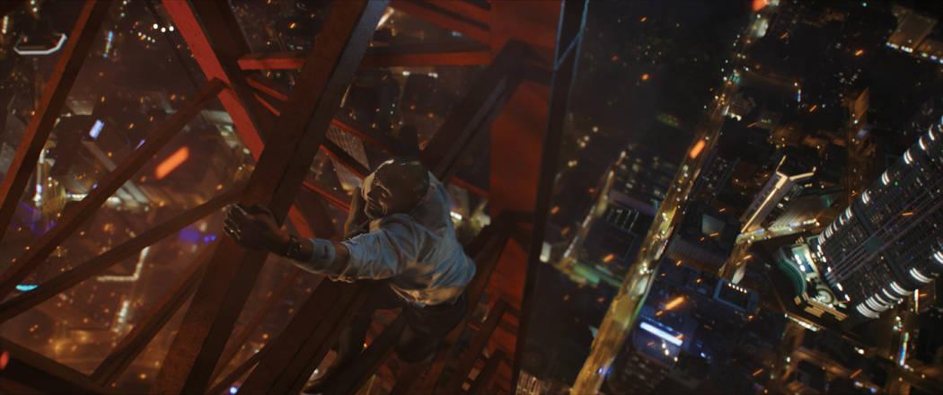"""El ícono global DWAYNE JOHNSON, lidera el elenco de """"Skyscraper"""" de Legendary como el ex líder del Equipo de Rescate de Rehenes del FBI y veterano de guerra estadounidense, Will Sawyer, quien ah ..."""