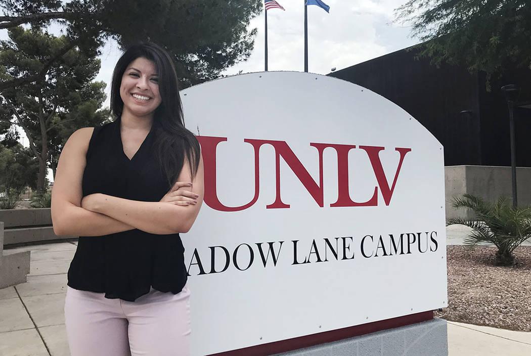 Kathie Vélez, de 27 años, de Las Vegas, es vista en la Escuela de Medicina de la UNLV el lunes 9 de julio. Vélez es miembro de la segunda clase de estudiantes de la facultad de medicina de la U ...