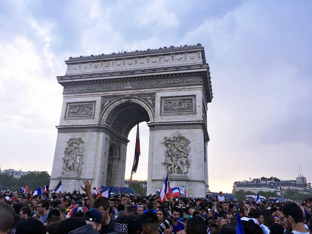 Paris, 15 Jul 2018 (Notimex-David del Río).- Miles de franceses salieron hoy a festejar el triunfo de la selección francesa en la final de la Copa del Mundo Rusia 2018, donde se impusieron 4 a 2 ...