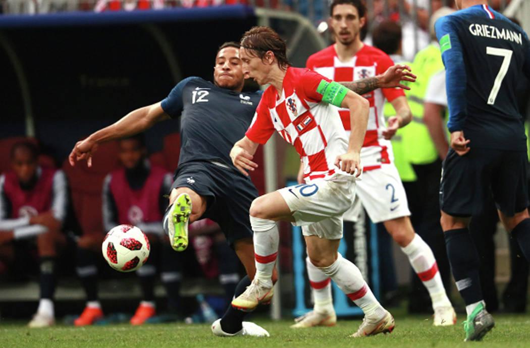 Moscú, Rus, 15 Jul 2018 (Notimex-Sputnik).- El francés Corentin Tolisso, izquierda, y el croata Luka Modric luchan por un balón durante el partido de fútbol final de la Copa Mundial entre Fran ...