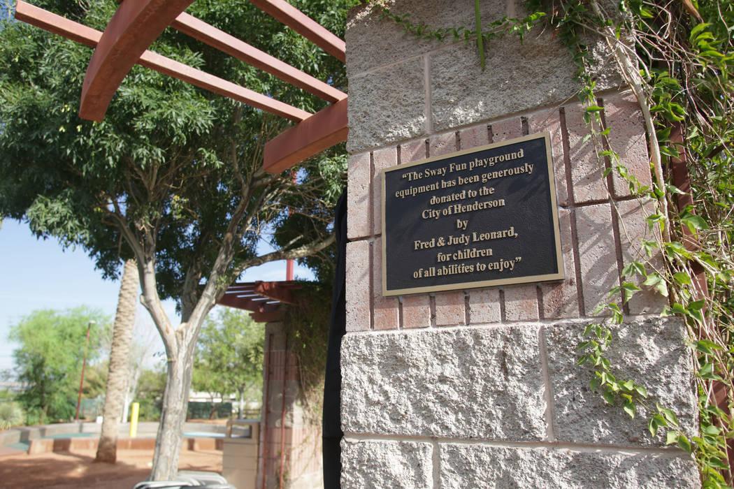 Una placa en Hayley Hendricks Park en Henderson reconoce la instalación del equipo del patio de recreo donado por Judy Leonard y su padre, Fred Leonard, para que los niños con discapacidades los ...