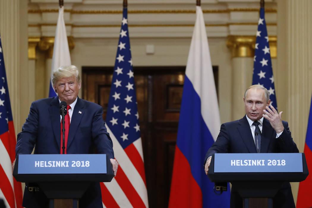 El presidente Donald Trump, a la izquierda, escucha al presidente ruso, Vladimir Putin, durante una conferencia de prensa después de su reunión en el Palacio Presidencial en Helsinki, Finlandia, ...