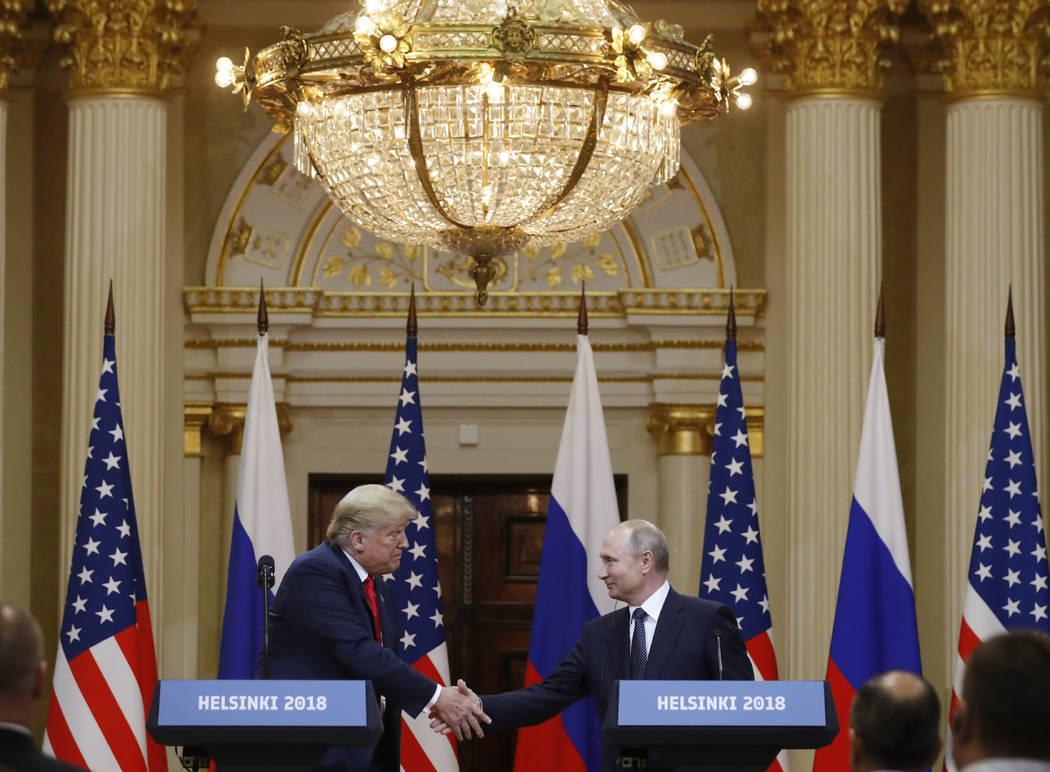 El presidente de EE.UU., Donald Trump, izquierda, estrecha la mano del presidente ruso, Vladimir Putin, durante una conferencia de prensa después de su reunión en el Palacio Presidencial en Hels ...