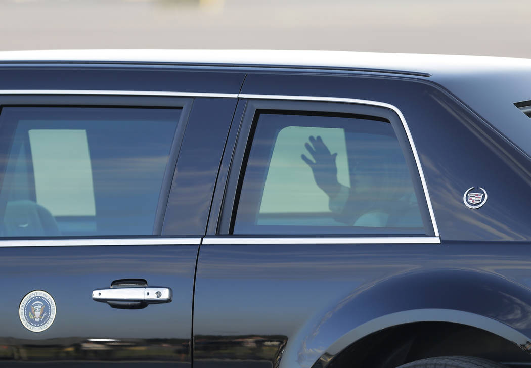 El presidente Donald Trump sale del automóvil tras llegar al aeropuerto de Helsinki, Finlandia, el domingo 15 de julio de 2018, en vísperas de su reunión con el presidente ruso, Vladimir Putin. ...