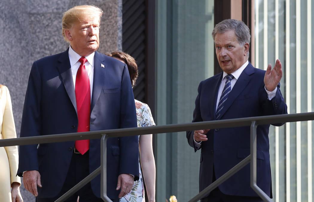 El presidente Donald Trump, izquierda, y el presidente finlandés, Sauli Niinisto hablan en el balcón de la residencia oficial de Niinisto en Helsinki, Finlandia, el lunes 16 de julio de 2018, an ...