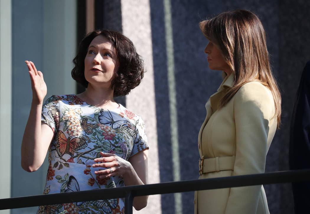 Jenni Haukio, esposa del presidente finlandés Sauli Niinisto, izquierda, habla con la primera dama Melania Trump en Helsinki, Finlandia, el lunes 16 de julio de 2018, previa reunión del presiden ...