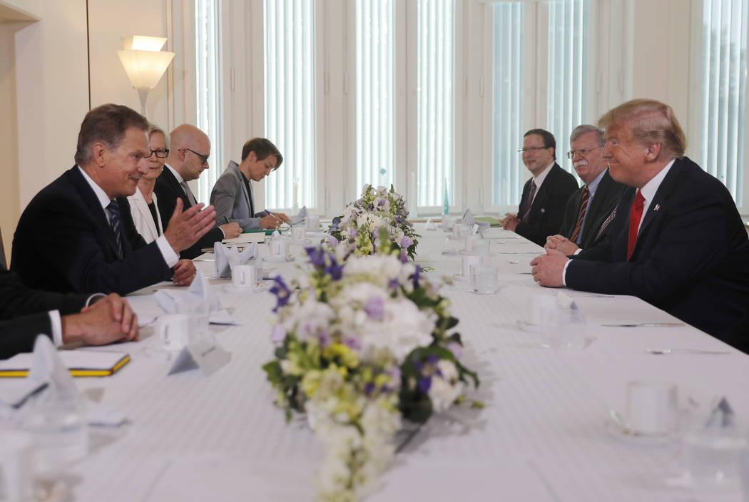 El presidente finlandés Sauli Niinisto, izquierda, y el presidente Donald Trump, a la derecha, se sientan a desayunar en la residencia oficial de Niinisto en Helsinki, Finlandia, el lunes 16 de j ...