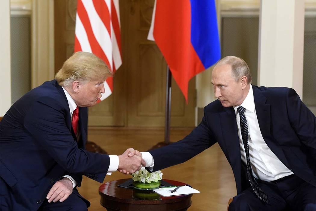 El presidente Donald Trump, a la izquierda, y el presidente ruso, Vladimir Putin, se dan la mano durante su reunión en el Palacio Presidencial de Helsinki, el lunes 16 de julio de 2018. (Heikki S ...