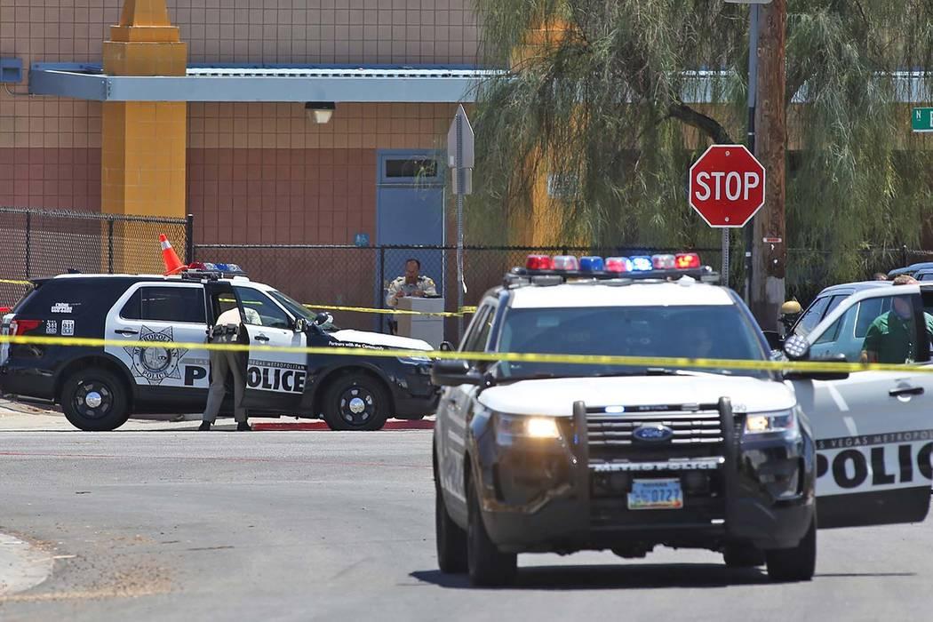 Miembros del Departamento de la Policía Metropolitana cerca de las calles Bruce y Ogden después de un tiroteo con el oficial involucrado en Las Vegas, miércoles, 11 de julio de 2018. (Rachel As ...