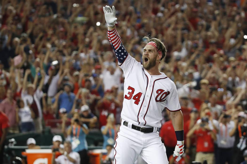 Bryce Harper (34) de los Nationals de Washington, reacciona a su golpe ganador durante el Derby de Home Run de Grandes Ligas, el lunes 16 de julio de 2018 en Washington. (AP Photo / Alex Brandon)
