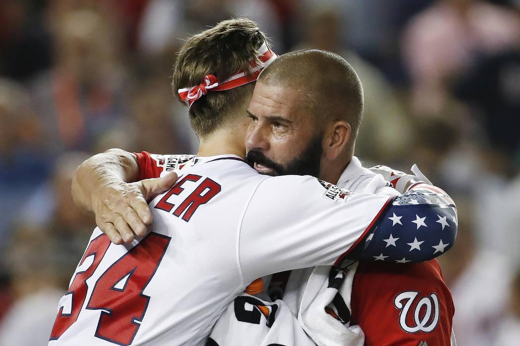 Bryce Harper (34) de los Nationals de Washington, abraza a su padre Ron Harper durante el Derby de Home Run de MLB, en Nationals Park, el lunes 16 de julio de 2018 en Washington. El 89° Juego de ...
