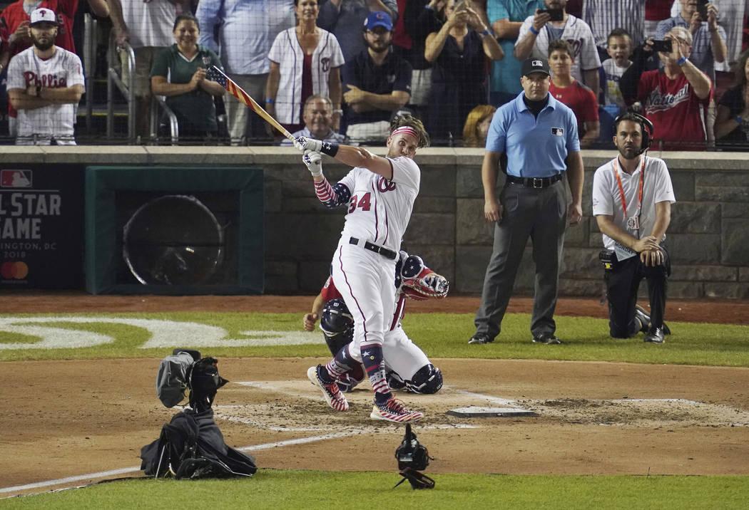 Bryce Harper golpea el home run ganador durante el Derby de Grandes Ligas, el lunes 16 de julio de 2018 en Washington. El 89° Juego de estrellas de béisbol MLB se jugará el martes. (AP Photo / ...