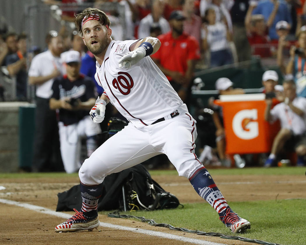 Bryce Harper de los Washington Nationals celebra su golpe ganador durante el Derby de Inicio de Grandes Ligas, el lunes 16 de julio de 2018 en Washington. (AP Photo / Alex Brandon)