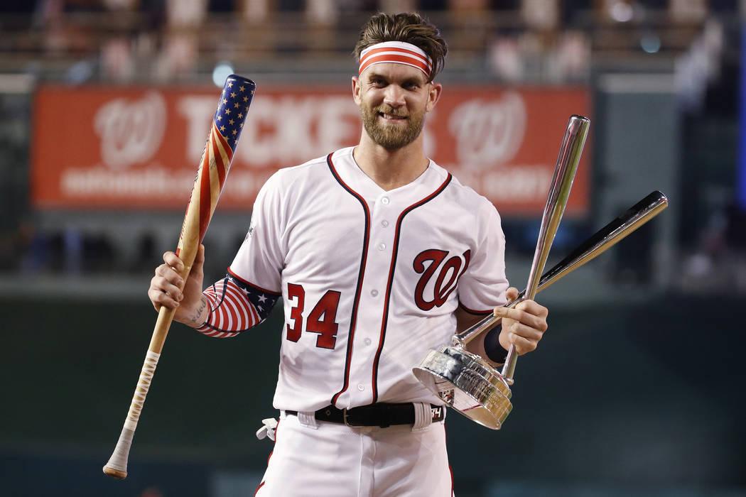 Bryce Harper (34) de los Nationals de Washington, sostiene su bate y el trofeo después de ganar el Derby de Home Run de Grandes Ligas el lunes 16 de julio de 2018 en Washington. (AP Photo / Alex ...