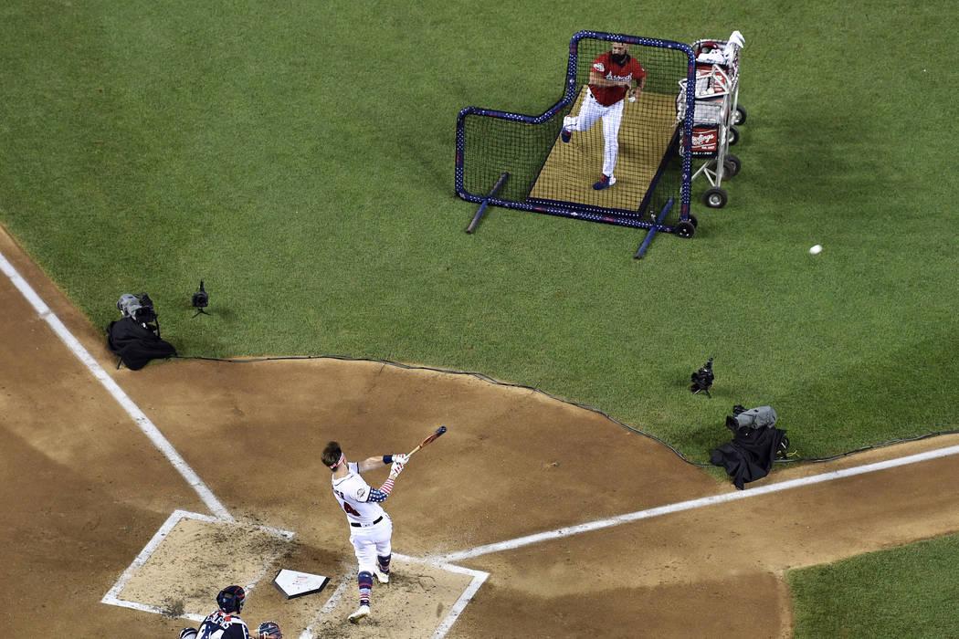 El padre de Bryce Harper de los Washington Nationals, Ron Harper, le lanza a su hijo durante el MLB Home Run Derby, en Nationals Park, el lunes 16 de julio de 2018 en Washington. El 89° Juego de ...