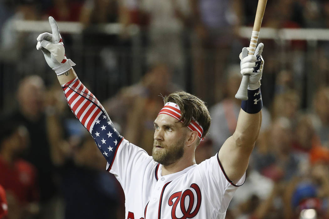 Bryce Harper (34) de los Nationals de Washington, señala a la multitud mientras regresa al dugout durante el Derby de Home Run de MLB, en Nationals Park, el lunes 16 de julio de 2018 en Washingto ...