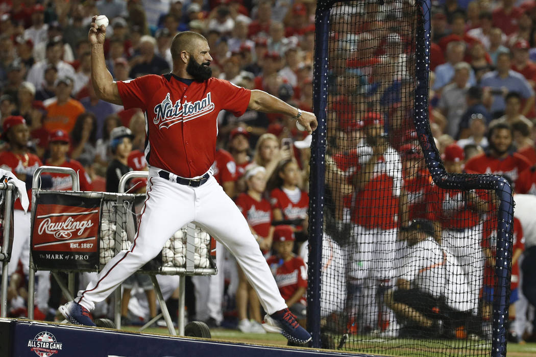 Ron Harper lanza a su hijo Bryce Harper, de los Nationals de Washington, durante el Derby de Home Run de MLB, en Nationals Park, el lunes 16 de julio de 2018 en Washington. El 89° Juego de estrel ...